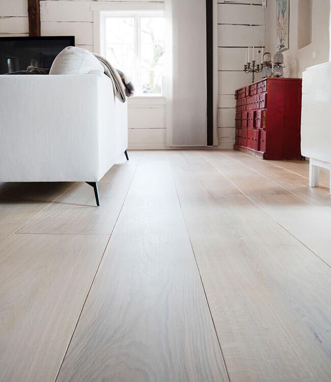 Vackert plankgolv i ek i ett rum